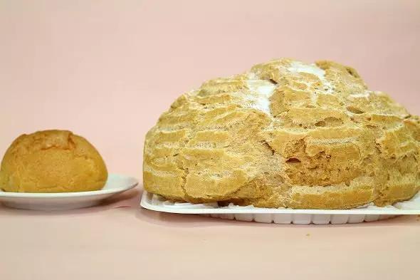 《日本甜食店蜂の家最近推出巨型军舰泡芙,售价6000日元,全是奶油~》