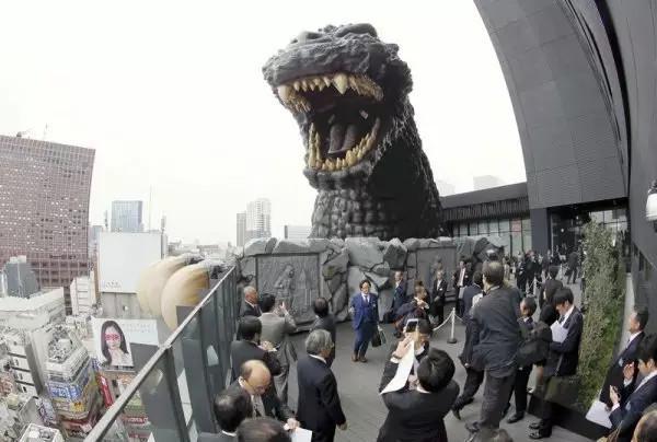 《去日本新宿入住哥斯拉观景房》