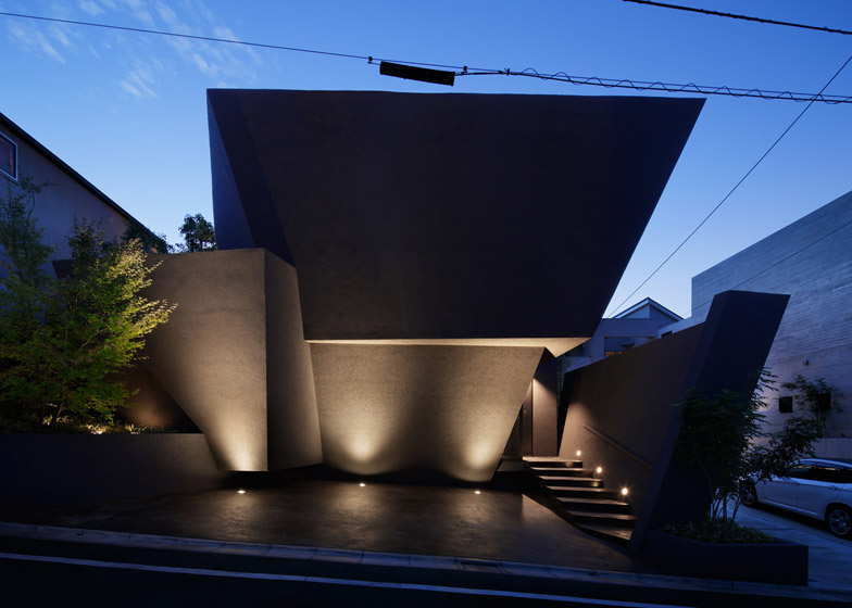 《东京SRK HOME住宅四壁黑墙 ANGULAR BLACK WALLS FOLD AROUND SRK HOME IN TOKYO BY ARTECHNIC ARCHITECTS》