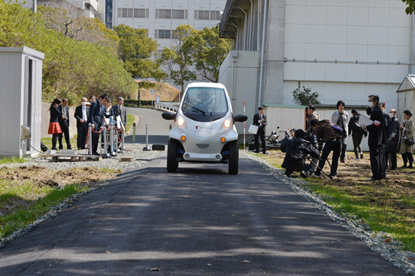 《日本丰桥大学研究电动汽车边跑边充电》
