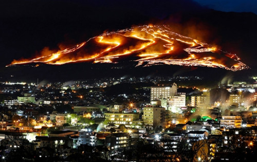 """《日本举行壮观""""扇山火祭"""" 赤焰火龙染群山》"""