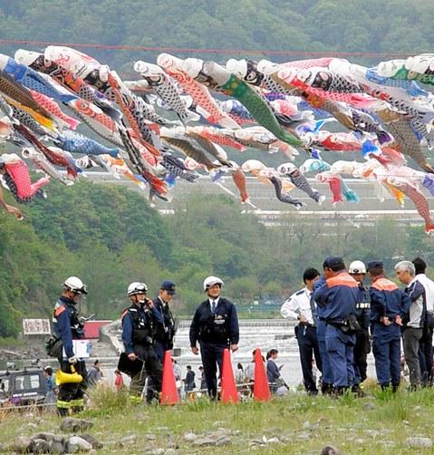 《日本大阪约400面鲤鱼旗挂满河岸 当地人兴奋不已》