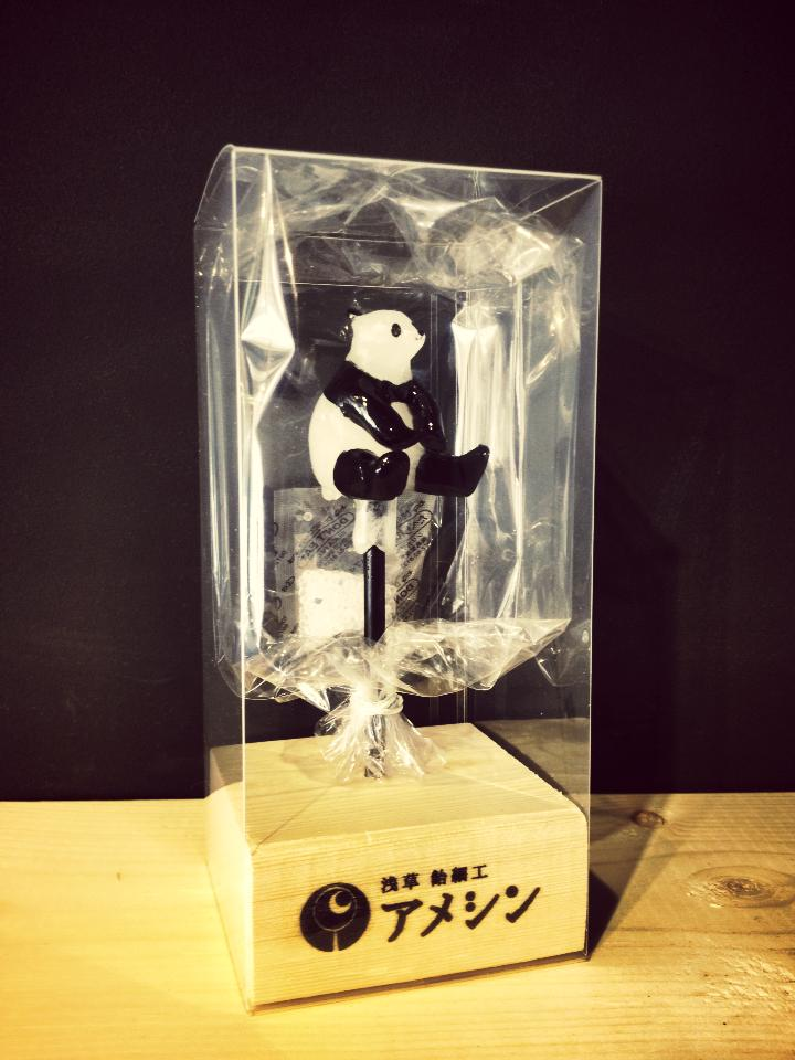 《在糖块上作画的日本男人》